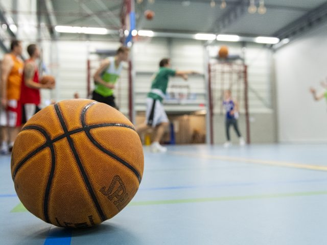 15-10-2018: Nieuws: Uitdaging Basketbal: Joure Journalist Jan van Loon gaat de uitdaging aan om basketbal te proberen bij de Oaters in Joure
