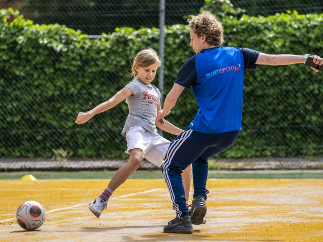 23-05-2020: Nieuws: Sportochtend: Joure Kinderen nemen deel aan de sportochtend georganiseerd door Sportbedrijf De Fryske Marren en TV Joure. Ze konden oa voetballen en beachvolleybal spelen.